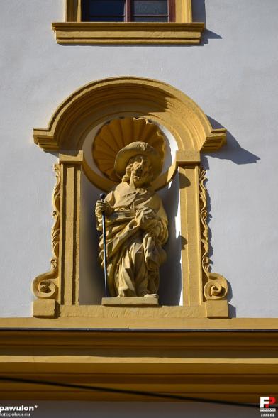 marzec 2012 , Wnęka z rzeźbą św. Jakuba po środku fasady budynku. autor: pawulon