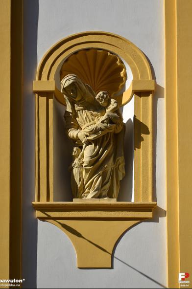marzec 2012 , Wnęka z rzeźbą św. Anny po lewej stronie fasady budynku autor: pawulon
